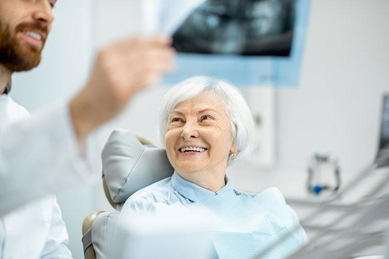 Seniorin bei Zahnarzt