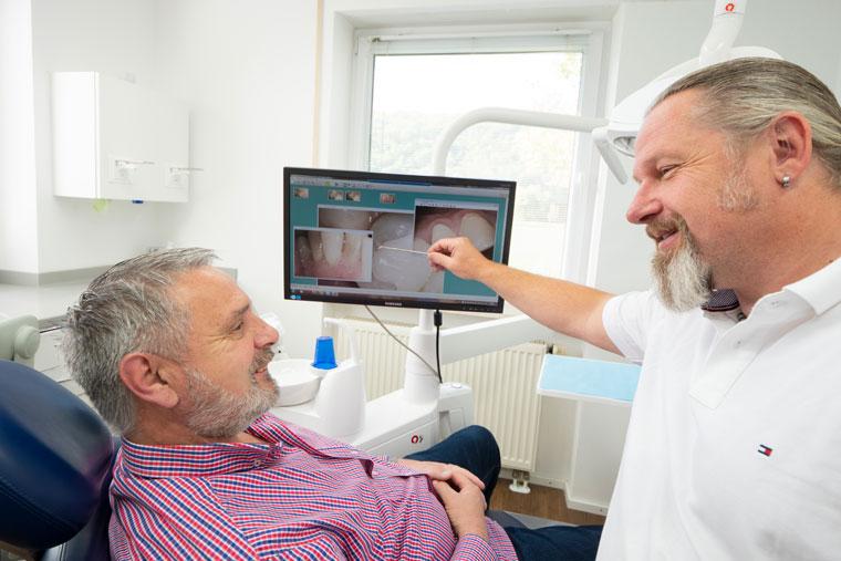 Patient mit Angst vor Zahnarzt