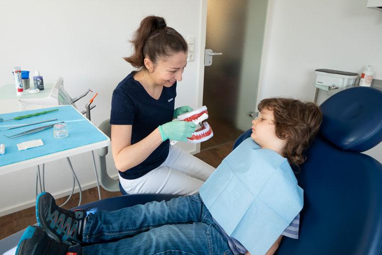 Zahnreinigung bei Kind